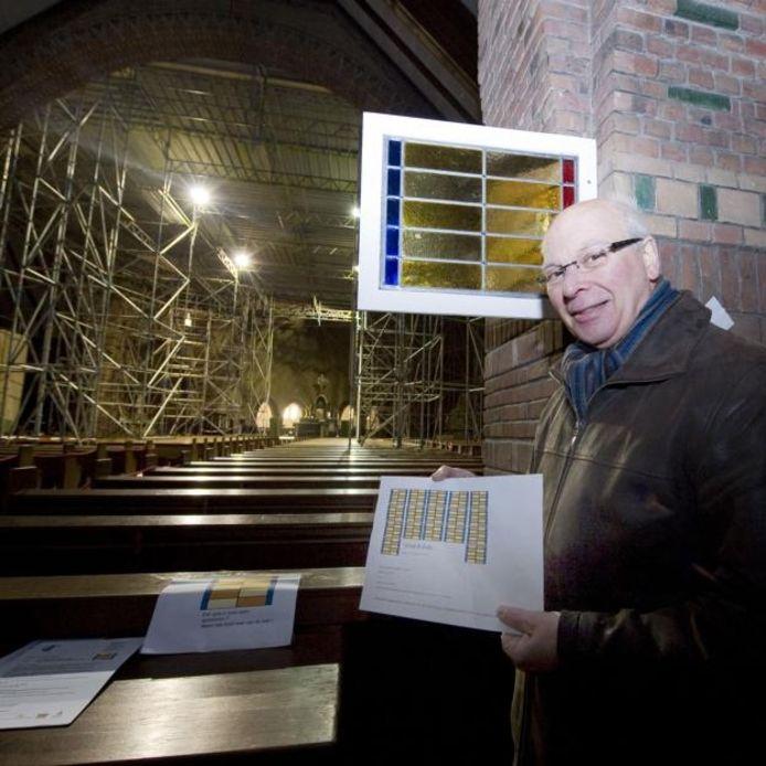 Henk Moerenhout toont een schema van de glas-in-loodramen in de Lourdeskerk. Er zijn nog veel sponsors nodig.foto Tonny Presser/het fotoburo