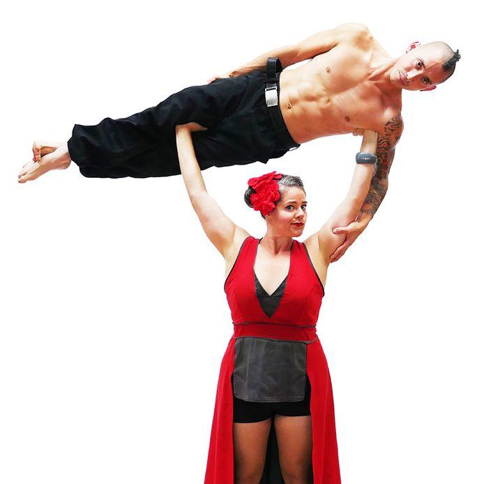 De Australische Strong Lady tilt mannen over haar hoofd alsof het pluimpjes zijn.