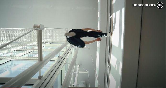 Cédric (20) doet aan parkour in de PXl-gebouwen.
