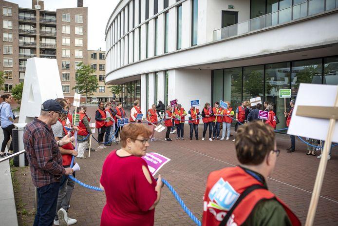 Bezorgde Sowecomedewerkers protesteerden eerder op de stoep van het gemeentehuis tegen opheffing van de sociale werkvoorziening, tevergeefs.