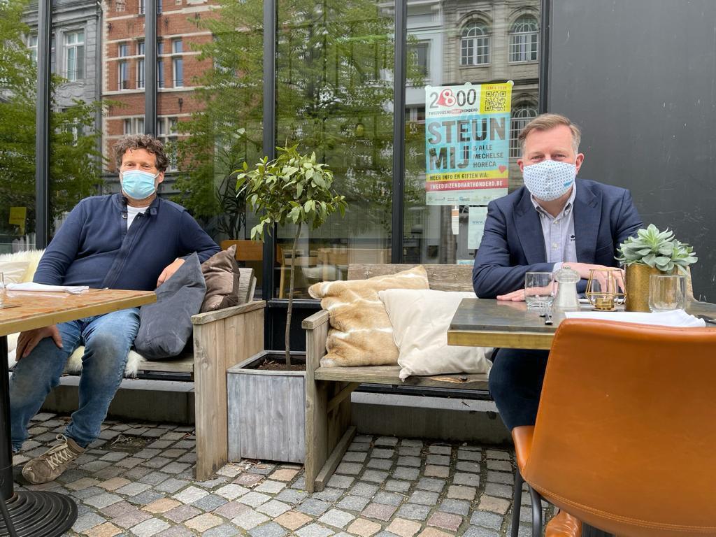 Burgemeester Alexander Vandersmissen inspecteert de terrassen van de nieuwe terraszone in de Befferstraat, met Christian Michiels, voorzitter van Horeca Mechelen