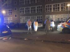 Bewoners in pyjama op straat na keukenbrand Haagse Twickelstraat, huis onbewoonbaar
