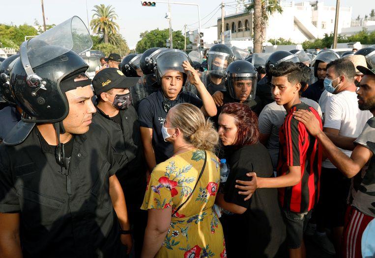 Politieagenten houden betogers tegen voor het regeringsgebouw in Tunis. Beeld REUTERS