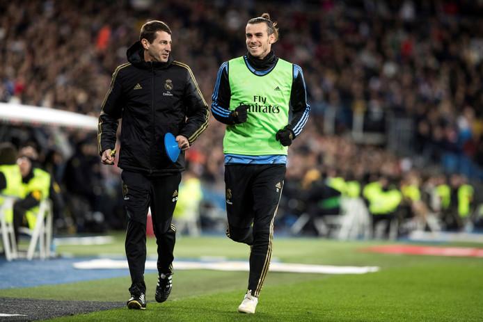 Gareth Bale (rechts) kon tijdens de warming-up in ieder geval nog lachen.