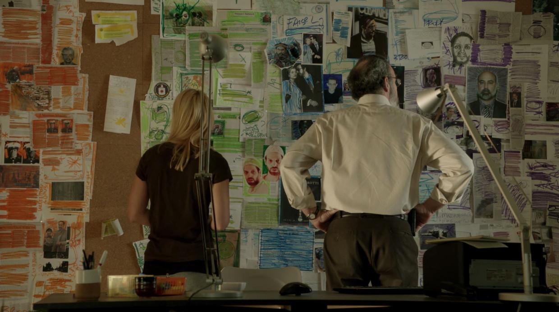 De personages Carrie Mathison en Saul Berenson voor hun prikbord in Homeland.  Beeld