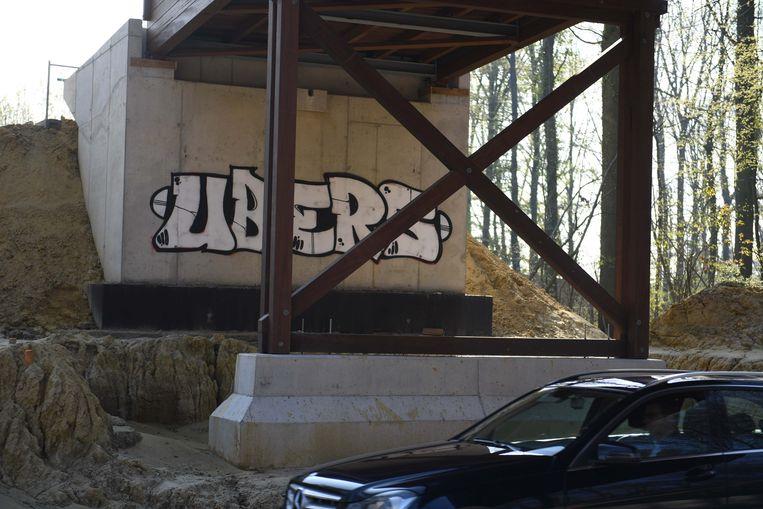 De nieuwe brug is nog niet af, maar een onverlaat besmeurde een van de pijlers al met graffiti.