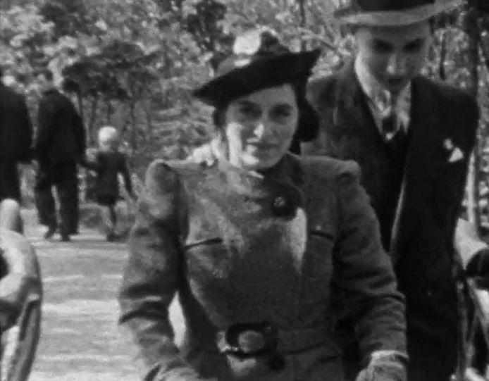 Beeld uit de 8-mm films die Max Peereboom maakte van zijn gezin: hier wandelt hij met vrouw Ans achter de wandelwagen met hun pasgeboren dochter Florry in 1938 door het Nollebos in Vlissingen.