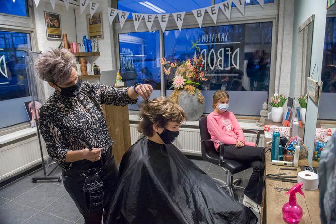 Kapsalon Debora in Zaltbommel opende haar deuren al om 06.30 uur na versoepeling van de lock-downmaatregelen. Lisa en haar broer Timo waren de eerste klanten die werden geknipt door Debora.
