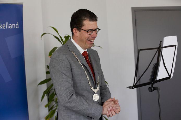 Burgemeester Joost van Oostrum belde maandagmorgen elf Berkellanders om hen te verrassen met een koninklijke onderscheiding.