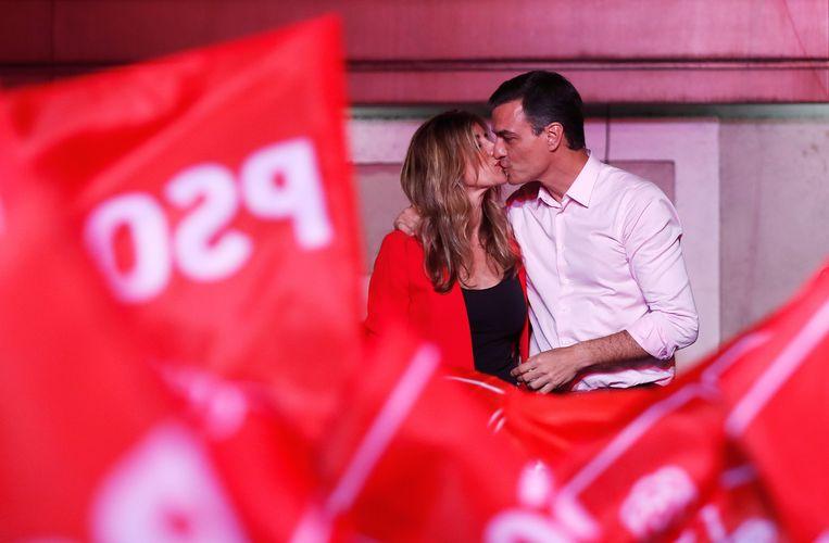 Pedro Sánchez en zijn vrouw Begoña Gómez werden op het hoofdkwartier luid toegejuicht. Beeld REUTERS