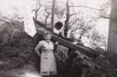 Op 29 maart 1945 wordt Gerard Greven bevrijd door Canadese troepen. Hiermee komt een einde aan zijn gedwongen verblijf in Lünen, Duitsland. Hij poseert opgelucht bij de schuilkelder van boer Merten, voor wie hij twee jaar gedwongen werkte. Naast hem staat Mia, de dochter van de boer. Ook zij is blij dat de oorlog eindelijk voorbij is, want haar verloofde lag op dat moment nog in de loopgraven aan het Oostfront.