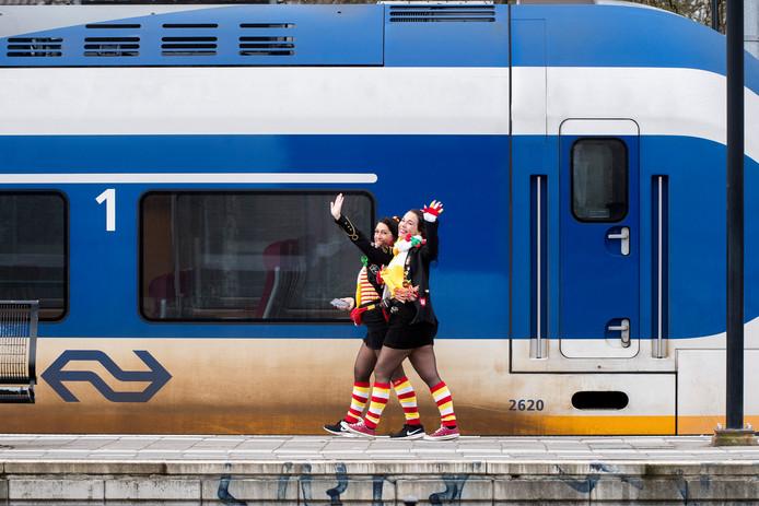 Vanaf station Tiel op weg naar het grote carnavalsfeest in Oeteldonk.