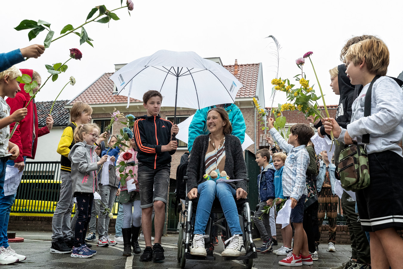 Juf Danielle Boekensteijn werd op het schoolplein van de Egbertusschool in Vianen met een erehaag verwelkomd.