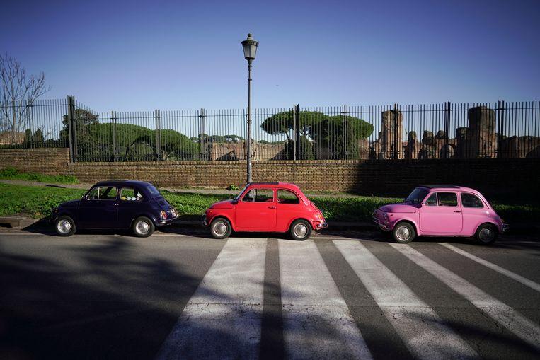 Drie vintage Fiats 500 geparkeerd voor de baden van Caracalla in Rome. Beeld AP