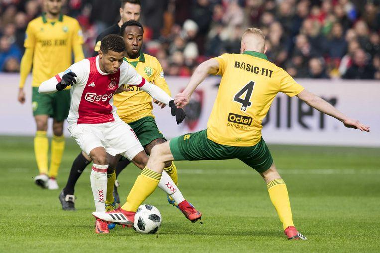 David Neres van Ajax in duel met Elson Hooi (achter) en Tom Beugelsdijk van ADO. De ADO-defensie had weinig te duchten van Neres, Kluivert en Siem de Jong. Beeld ANP Pro Shots