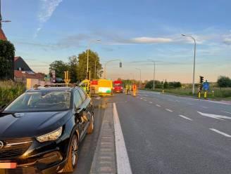 Fietser negeert rood licht en wordt opgeschept door auto