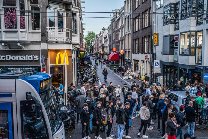 Een massa volk verzamelt op de plaats waar de schietpartij plaatsvond.