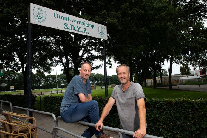 Geert Derksen (links) en Nico Berendsen bij hun nieuwe club SDZZ in Zevenaar.