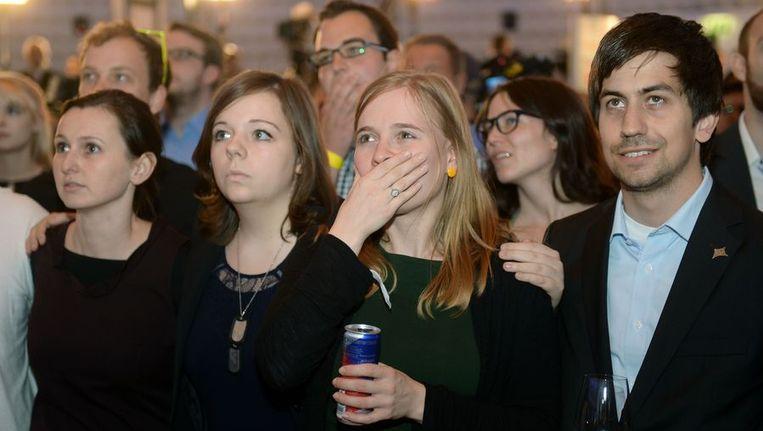 FDP-aanhangers kijken naar de uitslagen van de verkiezingen Beeld afp