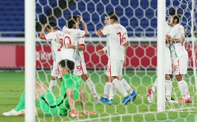 Spelers van Mexico vieren een doelpunt.