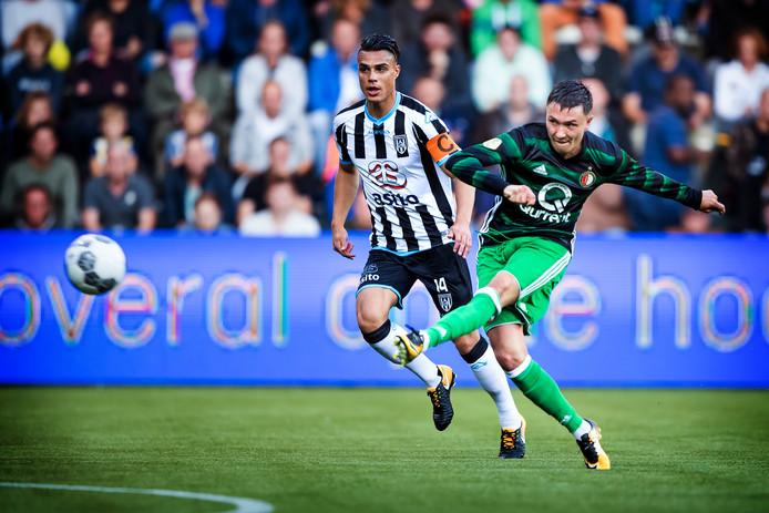 September vorig jaar: Joey Pelupessy is te laat, Steven Berghuis scoort in Almelo voor Feyenoord.