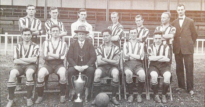 Een elftalfoto van PSV uit 1926 met uiterst links zittend Salomon 'Sally' Hertzberger. Hij wordt in februari 1942 vermoord in Auschwitz.