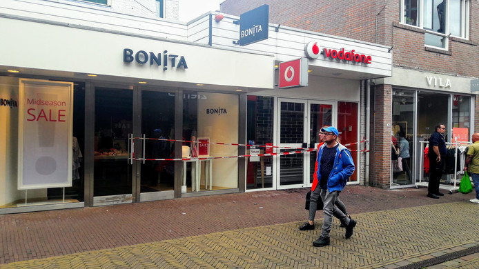 De brandweer kan zaterdagmiddag in Winterswijk niet voorkomen dat de belendende panden ook schade opliepen door de brand.