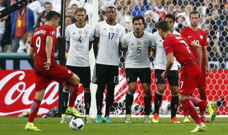 Het Poolse spitsenduo Lewandowski (links) en Milik in actie tegen Duitsland. Beeld photo_news