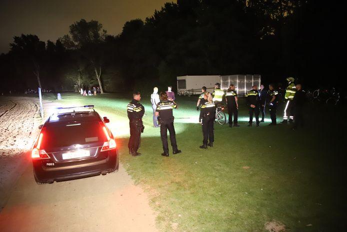 Agenten werden vannacht naar het Delftse Hout gestuurd.