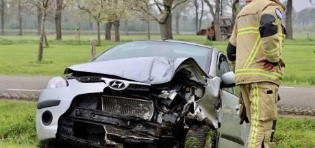 Bestuurder gewond nadat auto hek ramt en in sloot tot stilstand komt in Deurningen