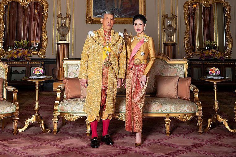 De Thaise koning Maha Vajiralongkorn met minnares Sineenat. Ze was de eerste officiële koninklijke maîtresse sinds 1921.