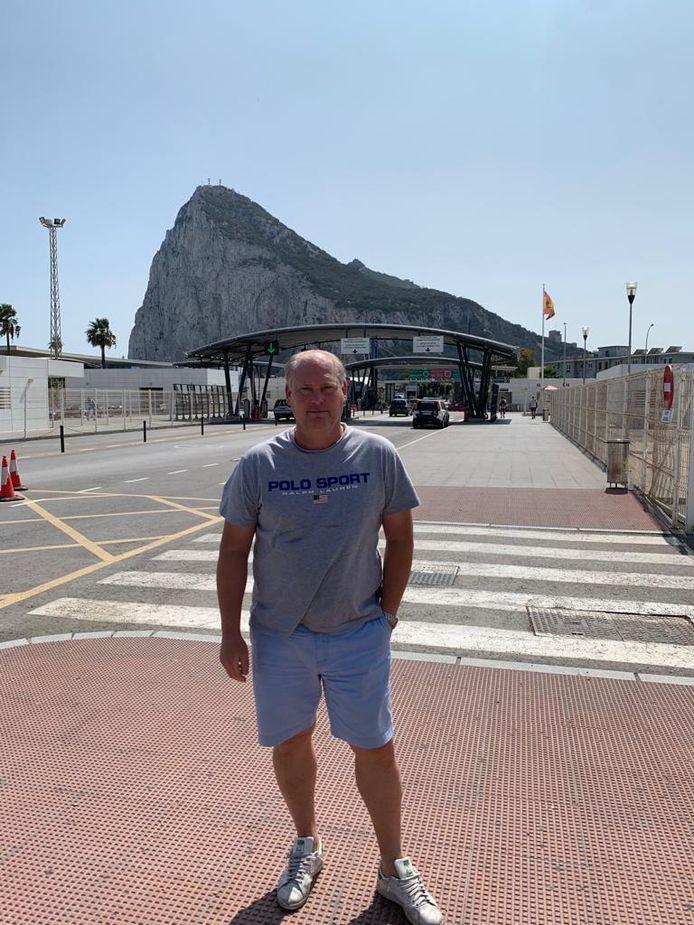 Bennie Brinkman, met op de achtergrond de rots van Gibraltar.