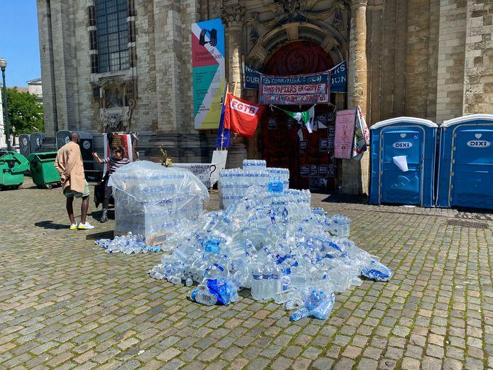 De waterflessen komen de Brusselse Begijnhofkerk niet in.
