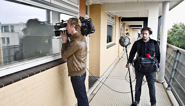 Een cameraploeg in actie bij de flat van de opgepakte zedenverdachte Frank R. in Cuijk