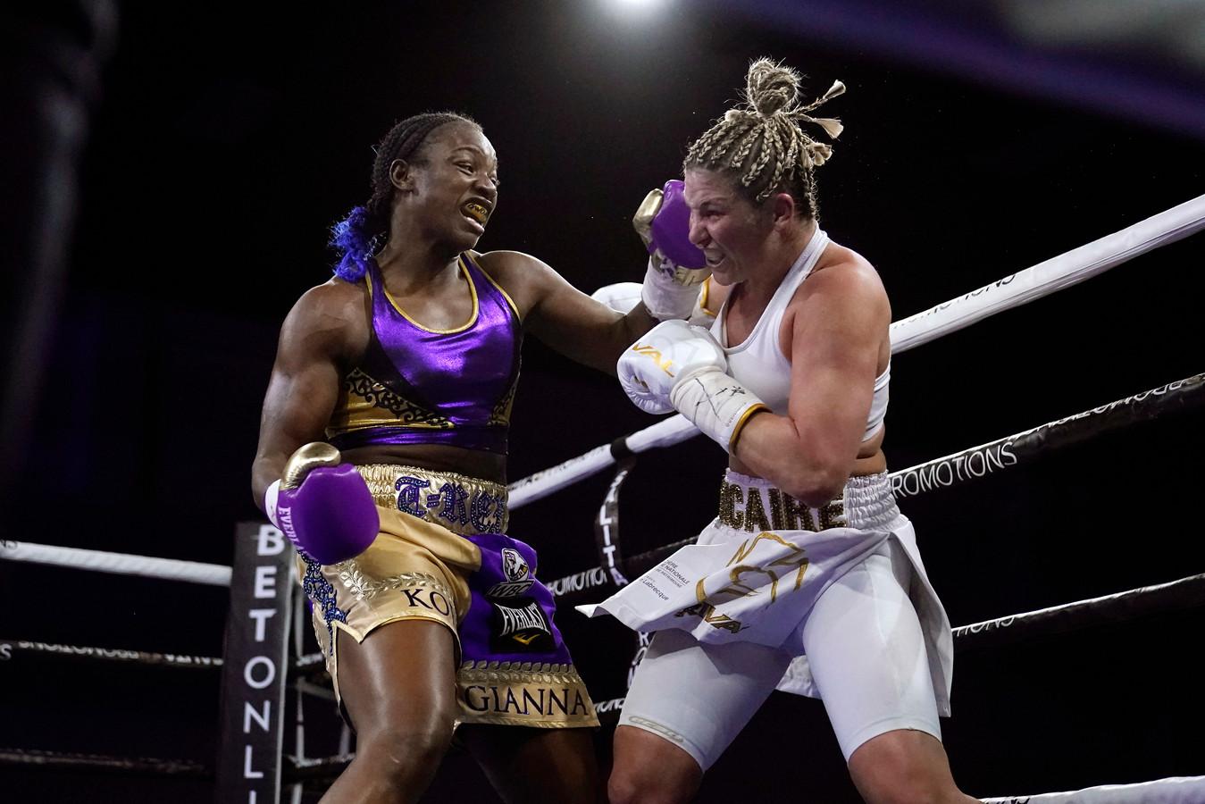 Claressa Shields (links) tijdens een bokswedstrijd met Marie-Eve Dicaire