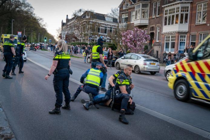 Arrestatie op de Apeldoornseweg, ter hoogte van Park Sonsbeek in Arnhem, bij de ontruiming op Koningsdag. Archieffoto: Erik van 't Hullenaar