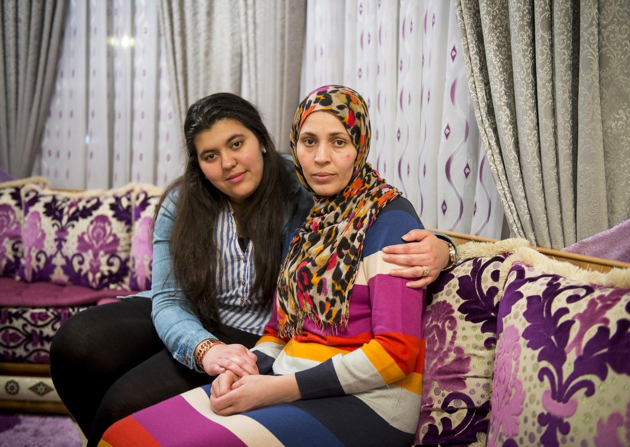 De mishandelde Ilham Mokhtari, samen met haar dochter Naoual Ghorafi.