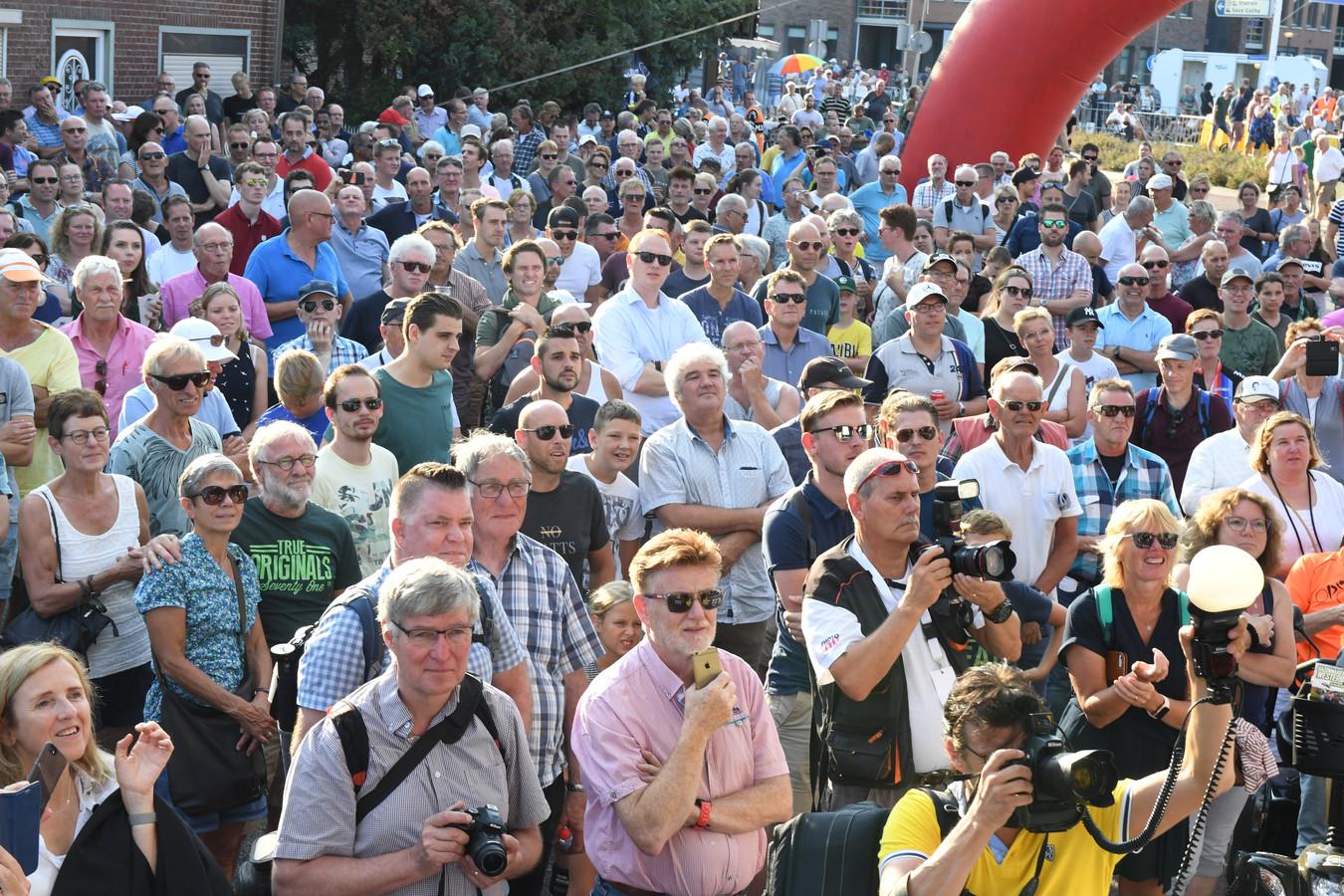Bij de Meet & Greet van de mannelijke profs staat het,voornamelijk mannelijke, publiek rijen dik.
