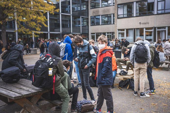 Deze school in Gentbrugge wacht nog even af om te beslissen of er vanaf 19 april weer leerlingen - met mondmasker - op de speelplaats mogen rondlopen.