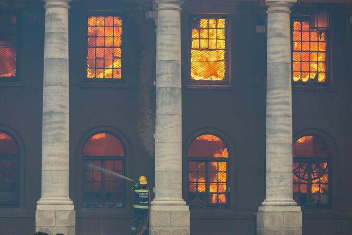 Un incendie s'est déclenché dimanche sur Table Mountain, le sommet emblématique qui surplombe la ville du Cap, et s'est étendu à plusieurs bâtiments.
