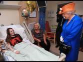 Koningin bezoekt jonge slachtoffers aanslag in ziekenhuis