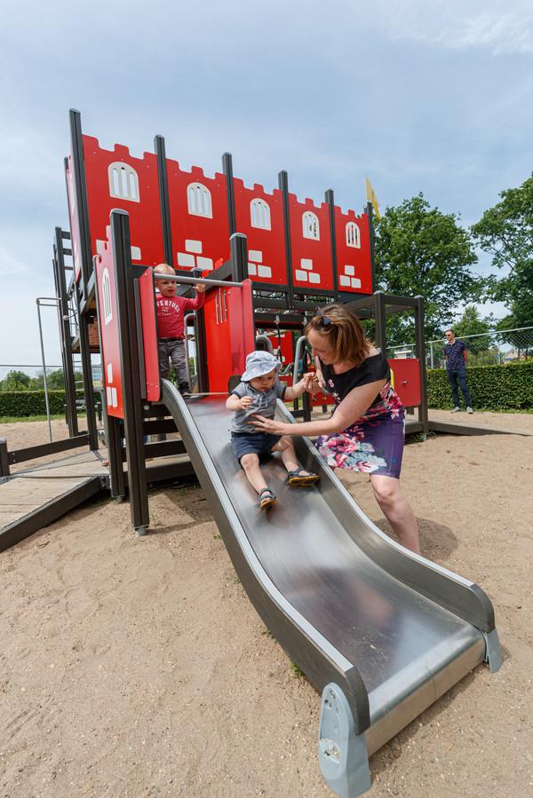 Op het speelfort kunnen kinderen klimmen, klauteren en glijden.