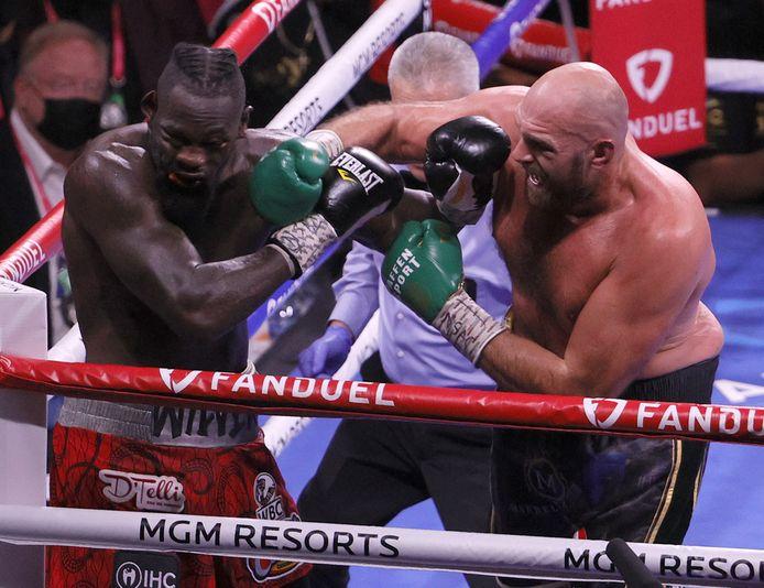 Tyson Fury (r) en Deontay Wilder.