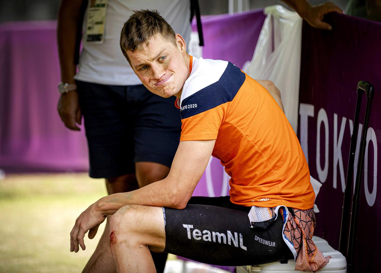 Mathieu van der Poel zit verslagen in de verzorgingstent tijdens de olympische mountainbikerace.
