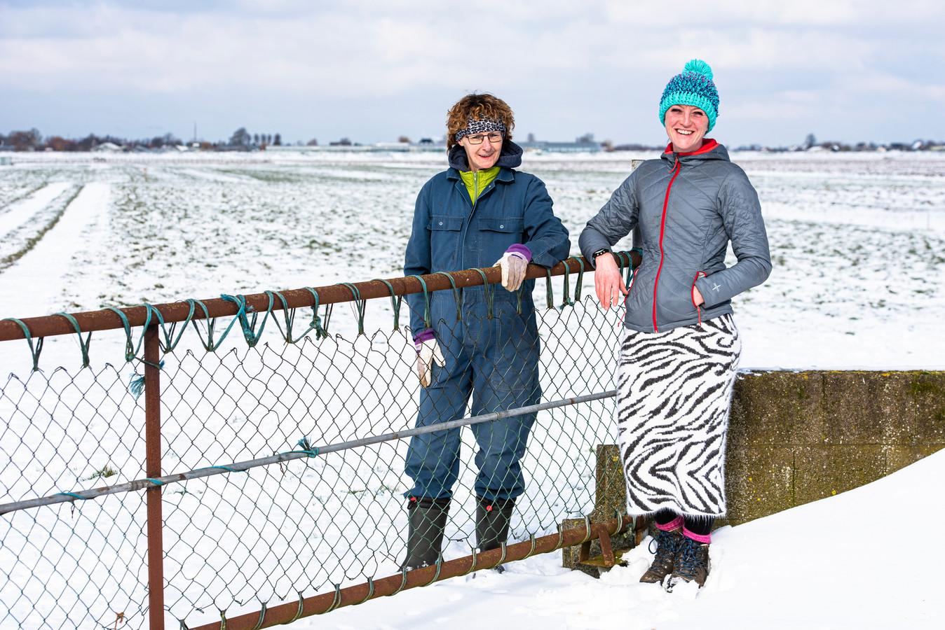 Saskia van der Drift (rechts) en buurvrouw Mirjan van Rijn willen geen windmolens of zonnepark in hun 'achtertuin', polder Blokland bij Nieuwveen.