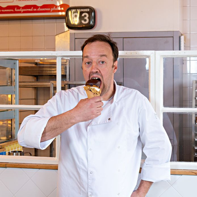 Jules Lauwerijssen met een door hem bedacht en gemaakt Bossche bol-ijsje.