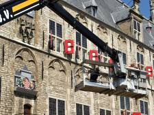 Na meer dan vijfhonderd uur werk aan carillon stadhuis: deurtje poppenspel blijft hangen