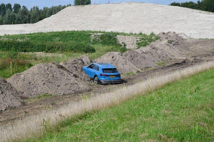 Een automobilist op de Drontermeerdijk is zaterdagmiddag door een afzetting gereden en naast de dijk beland.