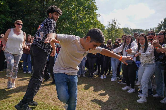De OLVI-leerlingen gaan uit de bol in het park.