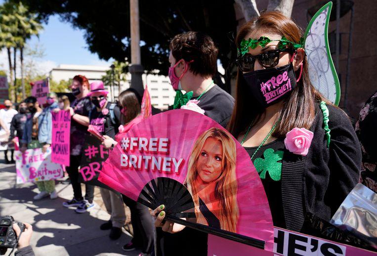 Fans van Spears, die fel tegen het curatorschap zijn, bij de rechtbank in Los Angeles. Beeld AP